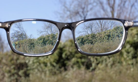 Augenarzt erklärt altersbedingte Makuladegeneration
